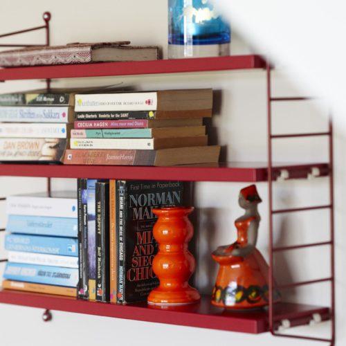 retro bokhylla böcker röd freja hemma hos tygelsjö