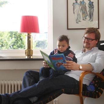 friluftstaden bokläsning vardagsrum familj
