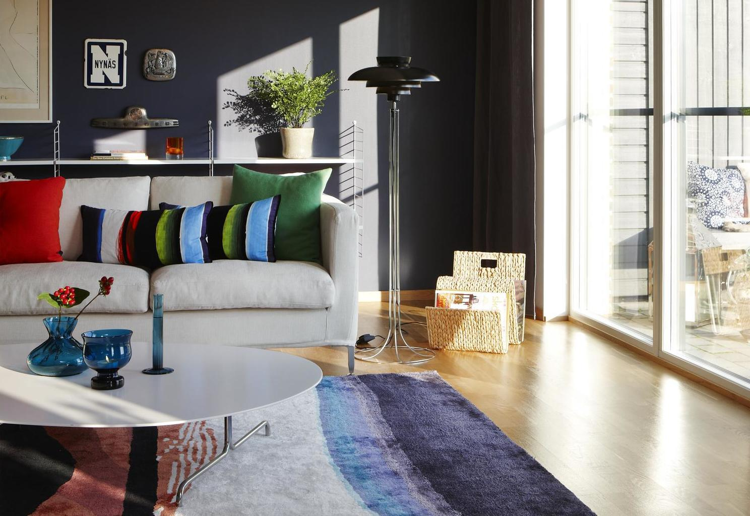 vardagsrum vit soffa färgglad matta