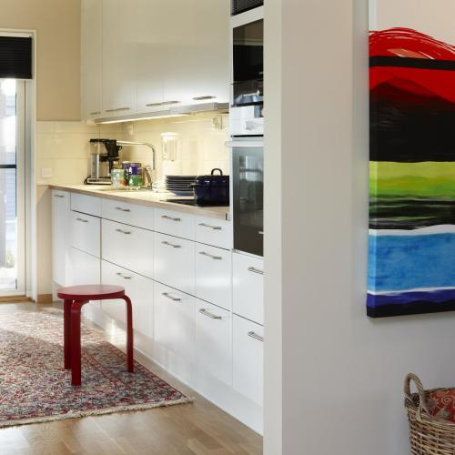 vitt stilrent kök äkta matta
